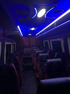 Bus mercedes nocą